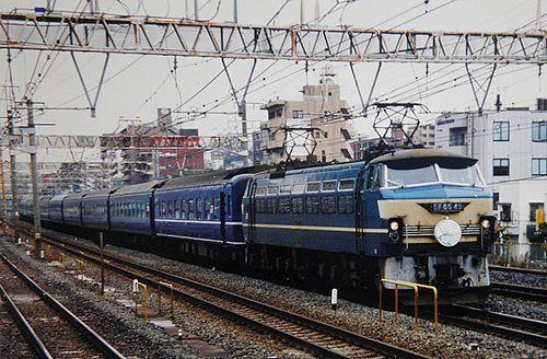 特急4列車「さくら・はやぶさ」EF66 49[関](2005年1月・東神奈川駅)
