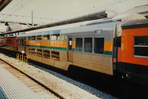 サロ124形(車号不詳・横須賀線からの転用車)(2004年8月14日・国府津駅)