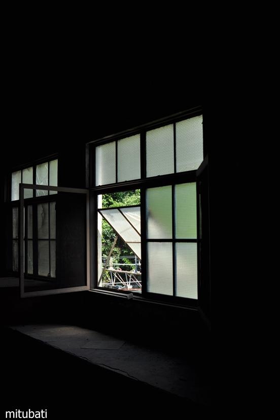 変電所の窓
