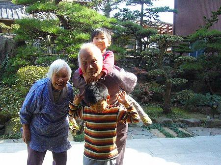 曾爺婆と孫の散歩
