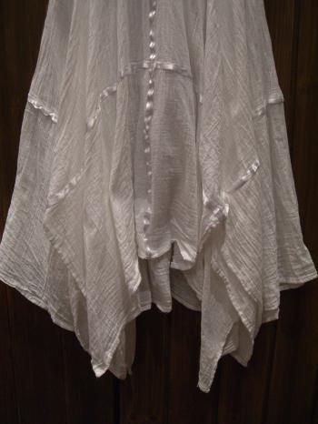 ホルダーネックワンピ 白 花刺繍 裾ふんわり