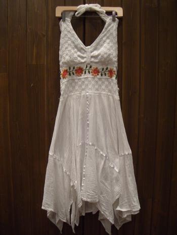 ホルダーネックワンピ 白 花刺繍