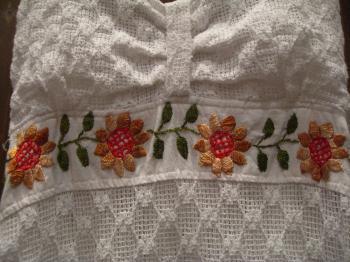 ホルダーネックワンピ 白 花刺繍アップ