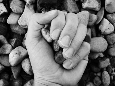 手 モノクロ 石 心