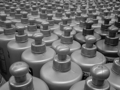 シャンプー ボトル 並ぶ たくさん モノクロ