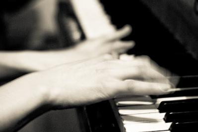 ピアノを弾く モノクロ 手 動き