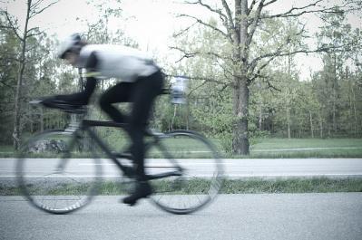 自転車 人 サイクリング 道 進む