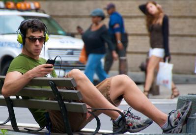 THX7 パナソニック 街 人 男性 ベンチ 座る 読む