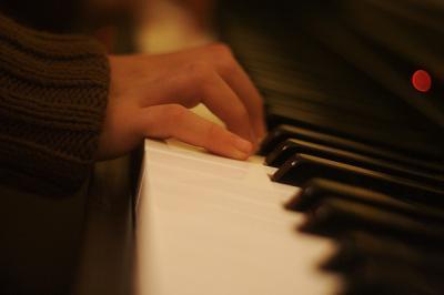 ピアノ 弾く 手 セーター 鍵盤 クローズアップ