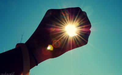 手 陰 日差し 太陽 空 夏