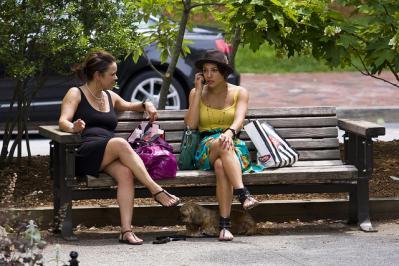 ベンチ 座る 二人 携帯 女性 外
