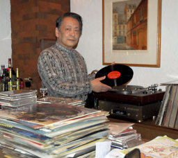 「柔らかな音が特徴です」とレコードの魅力を語る国友正広店長