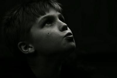 見上げる 男の子 モノクロ 顔