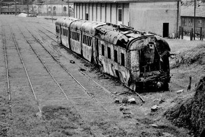 廃車 電車 廃墟 朽ちる