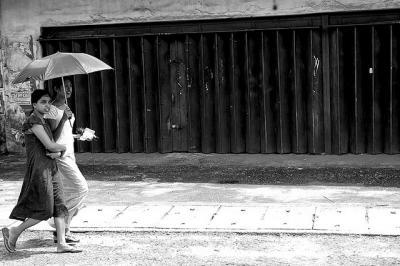日傘 モノクロ 町 風景 人