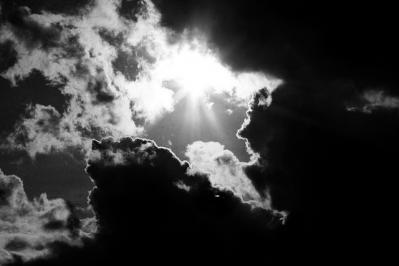 空 雲 光 太陽 モノクロ 日差し