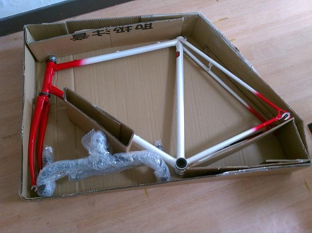 自転車の 自転車を送る : 後は梱包材で包み、スペースに ...