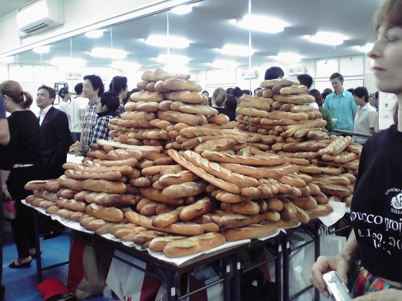 20100918  ナブッコ稽古3 お土産のパンの山