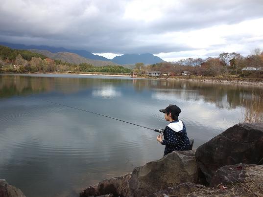 湖でバス釣り