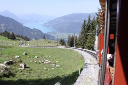 IMG_5119シーニケプラッテ鉄道(登山列車)からトーン湖を眺める