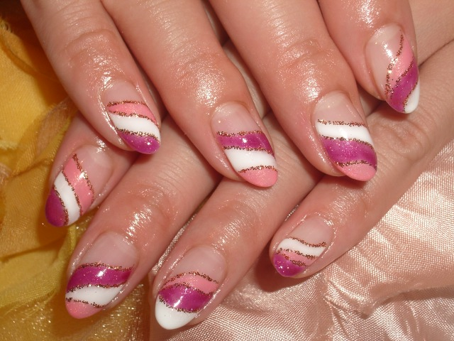 華やかピンク系トリプルフレンチネイル