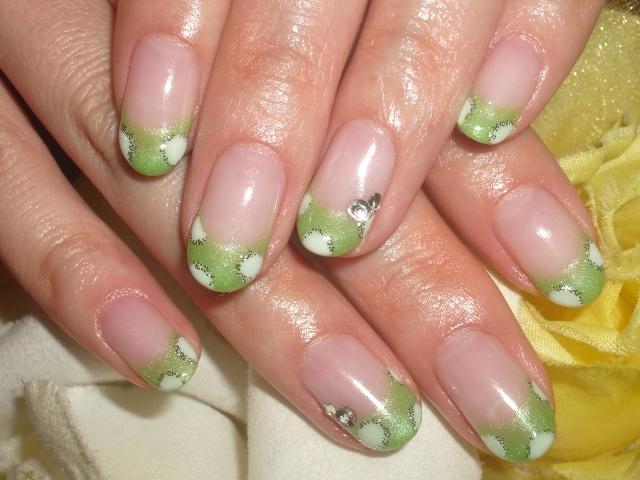 鮮やかグリーンフレンチドットネイル