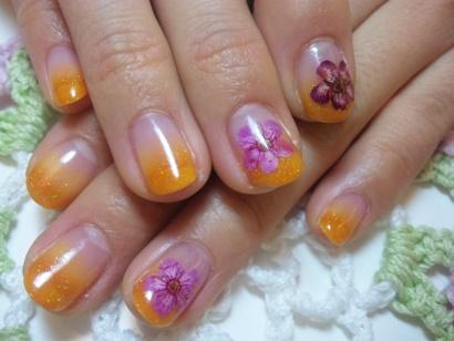 ジェルネイル オレンジカラーグラデーション 押し花 トロピカルネイル ネイルサロンマジーク池袋店 鈴木雅子100328