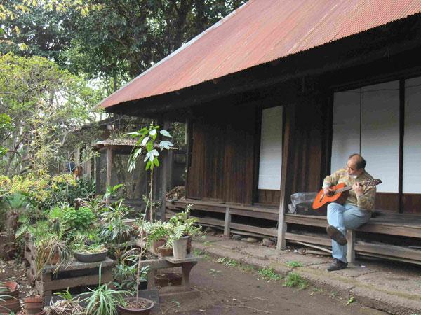細田邸にて伊郷さんのギター