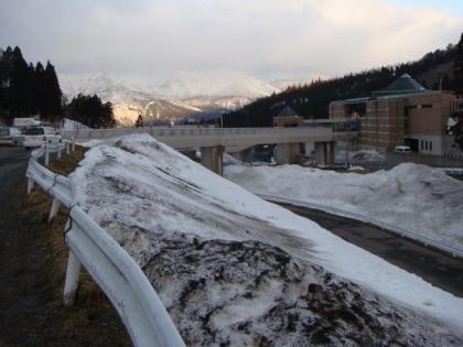朝焼けもすっかり薄れた雪山
