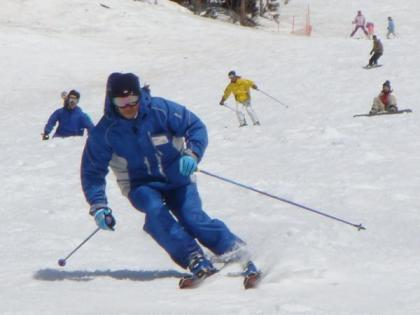 すべるスキーヤー