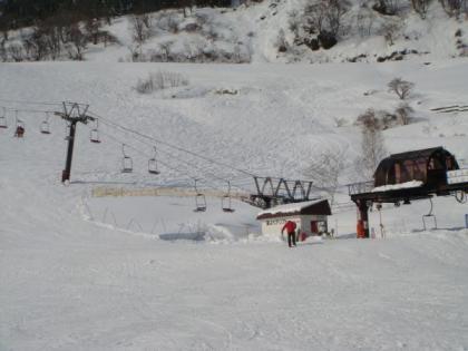 ロッジ:大谷山荘右上のリフト乗り場