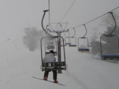 吹雪の中のリフト