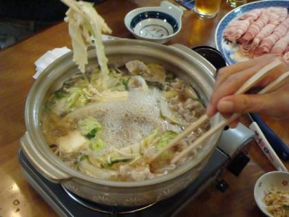 暖かい肉鍋で腹いっぱい