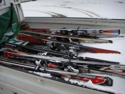 太平山荘の軽トラに詰まれたスキー
