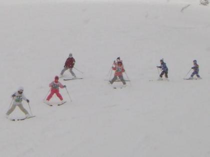子供たちのスキー教室風景