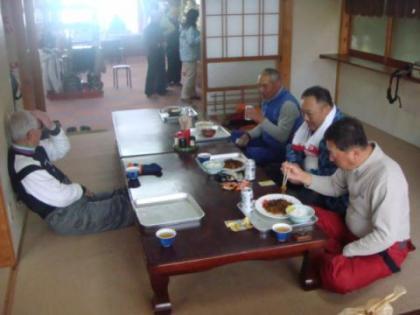 昼食を食べるメンバー