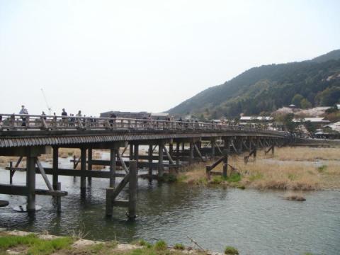人で賑わう嵐山渡月橋