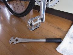 フラットペダルと工具