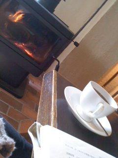 薪ストーブで暖を取る朝