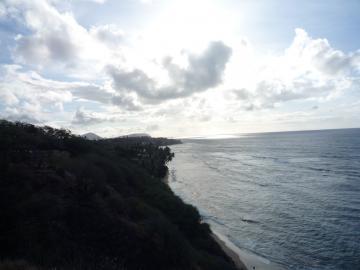 ダイアモンドヘッドの直下から海を見る