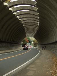 トンネルの向こうには