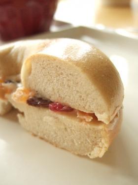 クリームチーズとフルーツミックスのベーグルサンド☆