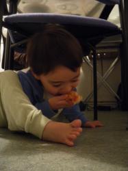 pizza debajo de la silla