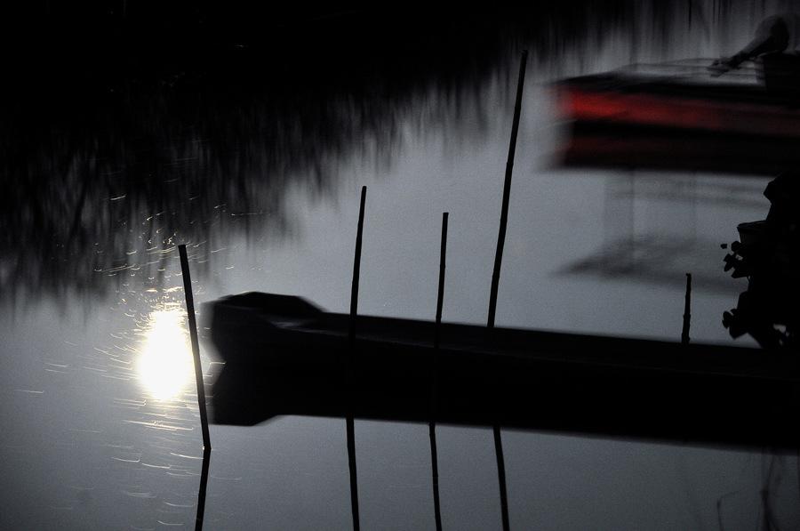 風で揺れる舟