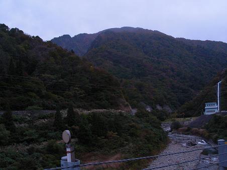 少し色付いた山