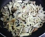 豚肉ときのこ類のバターしょうゆ炒め3