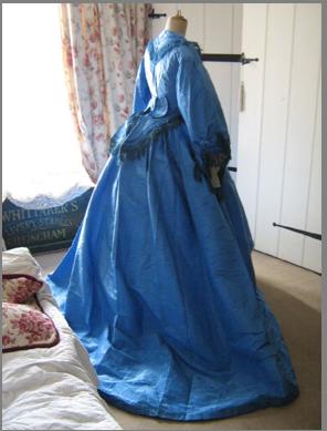 (http//www.torigoeart.net/)が、最近イギリスのイーベイでの購入を世話して下さったおかげで、一着10万以下で次々と19世紀 の状態のいいドレスが落札出来、画像の衣装