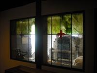 石窯の前のステンドグラス