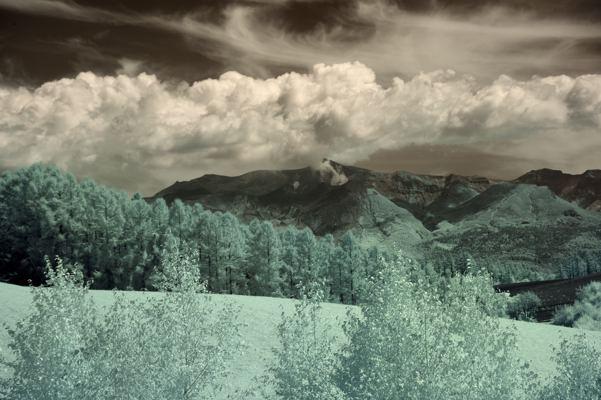 双眼鏡で被写体探し。中央の山は十勝岳。噴煙出してます