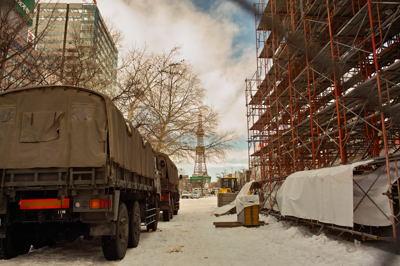 まるで建築現場のようだ。実際大雪像の中は骨組みだらけです